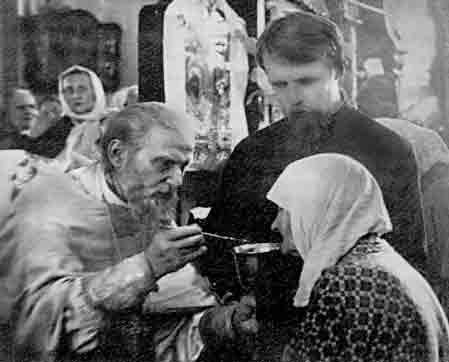 Странница никогда не присаживалась во время Божественной Литургии: говорила, что плоть жалеть нельзя. Советовала: «Молитесь сами и детей учите молиться»