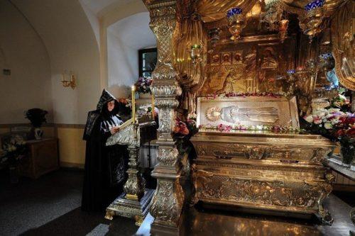 Мощи святой Матроны в Покровском монастыре, г. Москва