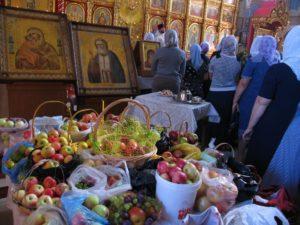 Яблочный Спас, освящение яблок в храме