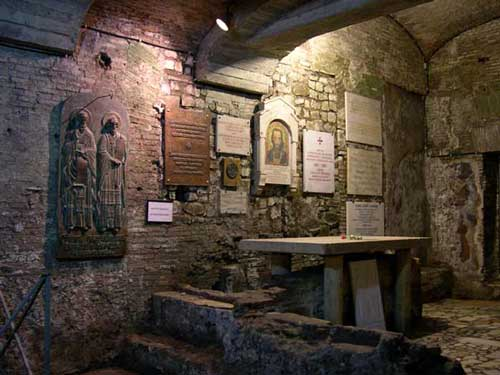 Предполагаемая гробница равноапостольного Кирилла в базилике св. Климента в Риме. Таблицы на стенах – слова благодарности от славянских стран, и православных